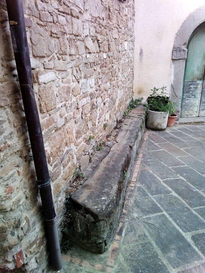 Ostigliano, sedile in pietra all'esterno della cappella della Madonna del Carmine